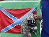 Separatista vyv�uje v Don�cku vlajku Novoruska.