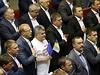 Ukrajinští poslanci oslavili ratifikaci asociační smlouvy s EU zpěvem státní hymny.