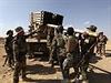 Kurdští pešmergové nakládají munici, jež bude použita v boji s radikály ze sítě Islámský stát.