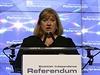 Předsedkyně volební komise Mary Pitcaithlyová oznamuje výsledky referenda.