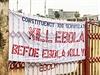 �Zabijte ebolu, ne� zabije v�s� - transparent ve m�st� Freetown v Sierra Leone.