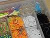 Sada gumiček loom bands s nástroji na pletení náramků a dalších barevných drobností.