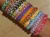 U dětí celého světa letí náramky z barevných gumiček, které si samy vytvářejí.