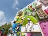 Netradi�n� reklamn� billboard formou lezeck� st�ny p�ipravil v centru francouzsk�ho m�sta Clermont-Ferrand n�bytk��sk� gigant ze �v�dska.