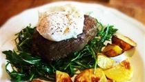 Bio hov�z� filet s s�zen�m vejcem a pe�en�mi bramborami (restaurace Nenasyta)
