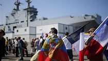 Demonstrace na podporu prodeje Mistralů Rusku - muži s ruskými vlajkami v přístavu Les Chantiers de l'Atlantique.