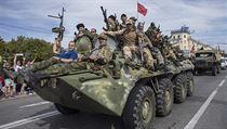 Separatist� proj�d�j� ulicemi m�sta Luhansk.