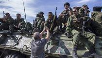 Obyvatel Luhansku se zdrav� s ozbrojenci z �ad separatist�.