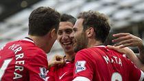 Juan Mata, Angel Di María a Abder Herrera oslavují gól proti Queen Park Rangers.