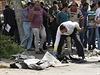 Vyšetřovatelé prohledávají trosky po explozi v Káhiře.