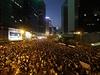 Desítky tisíc protestujících obsadily centrální náměstí před sídlem vlády v Hongkongu.