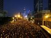 Centrum Hongkongu zaplavily desítky tisíc demonstrantů.