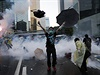 Protestuj�c� v Hongkongu s de�tn�kem. Kolem zu�� bitva mezi polici� a demonstranty.