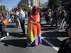 Aktivista zahalený do duhové vlajky na pochodu za práva homosexuálů v srbském Bělehradu.