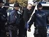 Policie zatýká odpůrce pochodu za práva homosexuálů v Bělehradu.