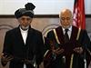 Nový afghánský prezident Ašraf Ghaní stojí vedle afghánského předsedy Nejvyššího soudu Abdula Salama Azímiho. Probíhá jeho inaugurace.