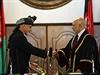 Nový afghánský prezident Ašraf Ghaní a předseda Nejvyššího soudu Abdul Salám Azími si po inauguraci třesou pravicemi.