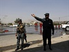 Afghánská policie po příjezdu na místo sebevražedného atentátu v Kábulu.