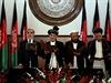 """Afghánský prezident Ašraf Ghaní se dvěma zástupci a """"výkonným premiérem"""" Abdulláhem Abdulláhem skládají přísahu."""