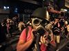 Protestující v hongkongské obchodní čtvrti Mongkok si nasazuje plynovou masku.