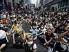 Autobusy nemohou projet, demonstranti zabrali ulice Hongkongu.