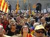 Příznivci nezávislosti před prezidentským palácem, kde prezident Katalánska podepisuje vyhlášení referenda.