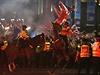 Zasahovat musela pořádková policie, která šest výtržníků zatkla. Uvedla to britská média.