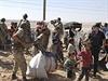 Syrští Kurdi prchají před postupujícím Islámským státem.