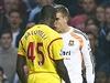 Z o�� do o��! Mario Balotelli (vlevo) a brank�� Adrian.