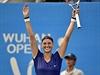 Petra Kvitová slaví vítězství na turnaji ve Wu-hanu.