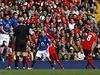 Kapit�n Liverpoolu Steven Gerrard st��l� z p��m�ho kopu g�l do s�t� Evertonu.