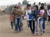 V�t�ina uprchl�k� poch�z� z okol� p��hrani�n�ho m�sta Ajn al-Arab (zn�m�ho i pod kurdsk�m n�zvem Kobani) a v Turecku hledaj� bezpe�n� �to�i�t�.