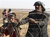 Do Turecka se za poslední dny uchýlilo už 130 000 Kurdů, kteří prchají ze sousední Sýrie před radikály z organizace Islámský stát (IS). Kvůli masovému přílivu běženců Turecko uzavřelo část hraničních přechodů se Sýrií a připravuje se na to, že v nejbližší době budou na jeho území hledat útočiště další stovky tisíc lidí.