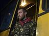 Výměna válečných zajatců mezi ukrajinskou armádou a separatisty: zajatý ukrajinský voják vystupuje z autobusu.