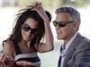 Americký herec George Clooney a jeho snoubenka, britská právnička Amal Alamuddinová přijeli do romantických italských Benátek, kde mají v příštích dnech uzavřít manželství.