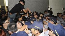 St�ety policist� s demonstranty v Hongkongu.