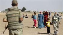 Bez domova. Turecký voják pozoruje kurdské uprchlíky ze Sýrie na... | na serveru Lidovky.cz | aktu�ln� zpr�vy