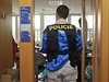Sn�mek zachycuje policisty na odboru informatiky olomouck�ho magistr�tu