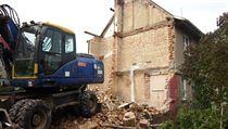 V pond�l� ve�er se stavebn� forma bez povolen� pustila do demolice vily v...