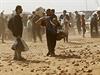 Syrští Kurdové prchající z Kobani do Turecka.