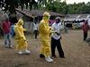 Zdravotníci odvádějí starého muže pro podezření z nákazy ebolou.