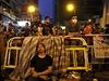 Unavení demonstranti hlídají barikády