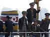 Severokorejští vojáci na palubě lodi poblíž hranic s Čínou.