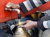 Pouliční prodejce v hlavním městě Islámského státu Rakka čepuje benzín.