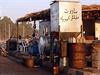 Prodejci benzínu ve městě Rakka vysedávají a čekají na zákazníky.