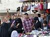 Prodejce bot ve městě Rakka vychvaluje své zboží na trhu.