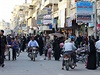 Obyvatelé Rakky korzují mezi pouličními obchody.