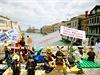 Protesty Greenpeace proti těžbě společnosti Shell v Arktidě s využitím motivů hraček Lego.