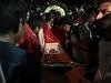 Pohřeb jednoho ze zabitých demonstrantů.