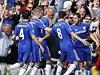 Fotbalisté Chelsea se radují ze vstřelené branky do sítě Arsenalu.